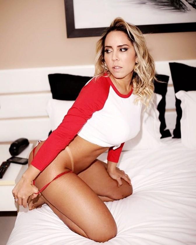 Mulher Melão sensualiza ao usar lingerie vermelha (Foto: Reprodução do Instagram)